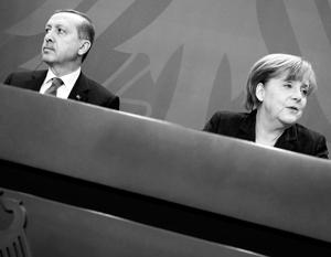 Ангелу Меркель (справа) часто обвиняли в излишней мягкости в отношениях с Реджепом Эрдоганом, но сейчас немецкий канцлер настроена более решительно