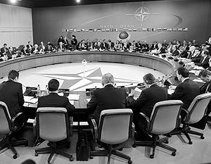 НАТО все еще делает вид, что считает Россию угрозой для себя