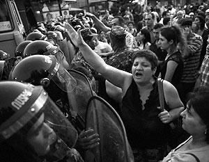 Народ не дает штурмовать захваченный полицейский участок в Армении