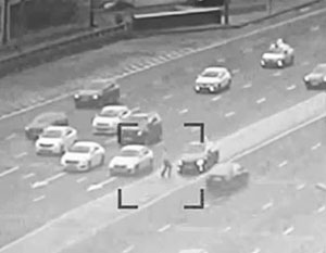 Пешеход пытался перебежать дорогу в неположенном месте, перед едущей по выделенной полосе машиной