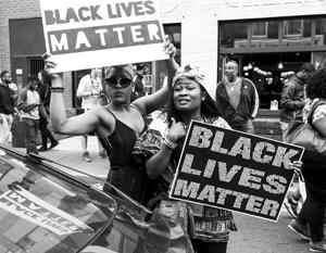 Чернокожие протестанты скандировали «Черные жизни важны!» и несли плакаты «Улицы принадлежат нам!»