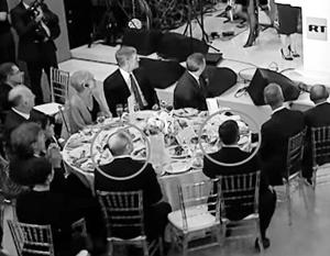 Будущий советник президента США Майкл Флинн (обведен справа) на приеме по случаю юбилея RT сел по правую руку от Владимира Путина