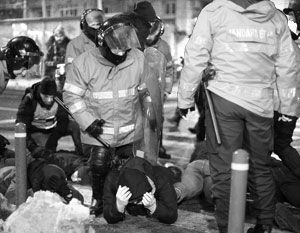 Полиция задержала шесть наиболее агрессивных участников акции, требовавших прорываться через кордоны правоохранителей в здание правительства