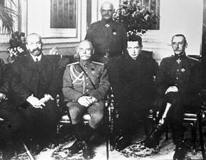 Бывшие председатели Временного правительства Львов и Керенский с группой генералов