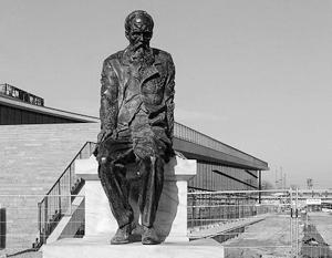 Памятник Достоевскому в Дрездене работы Александра Рукавишникова открывала в 2006 году сама Ангела Меркель