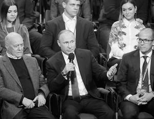 Владимир Путин на медиафоруме с руководителями ОНФ Говорухиным и Бречаловым