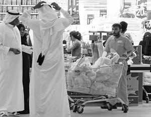 В последние дни жители Катара столкнулись с невиданным в их краях зрелищем – массовыми очередями в супермаркетах и тотальной скупкой продовольствия