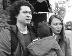 Семья Проказовых явилась на незаконную манифестацию с младенцем на руках