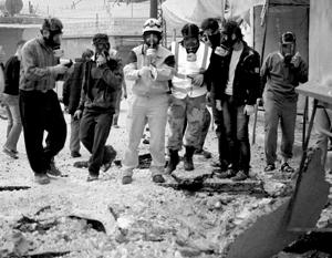 Сирийская оппозиция не раз обвиняла правительство в применении химоружия (на снимке – «активисты» из провинции Идлиб, май 2015 года)