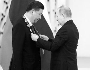 Си Цзиньпин и Владимир Путин на церемонии награждения в Кремле