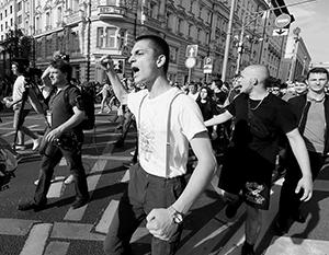 Участники беспорядков бесцеремонно перекрывали движение на центральных улицах Москвы