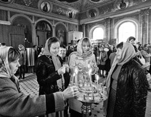 Если верить опросу «Левада-центра», верующих становится больше, а вот к церковному священноначалию относиться стали хуже