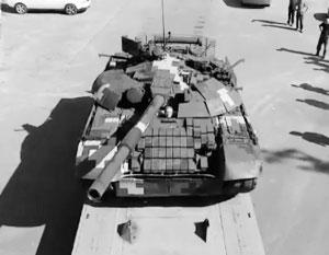 На танке установлен комплект динамической защиты «Нож» по типу Т-84У и Т-64БМ