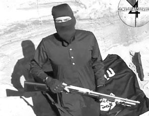 Русскоязычный боевик ИГИЛ демонстрирует оружие, якобы захваченное у армии Египта в боях на Синайском полуострове
