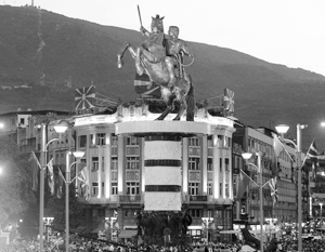 Греция и Македония претендуют на одно и то же историческое наследие (на фото – гигантский памятник Александру Македонскому в Скопье)