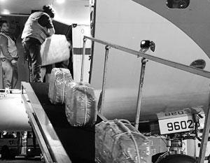 На кадрах, сделанных аргентинской жандармерией, видно, как «кокаин» грузят в российский самолет, отправляющийся в Москву