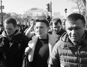 Надежда Савченко отказалась ехать под арест на «воронке» и прошлась в тюрьму пешком