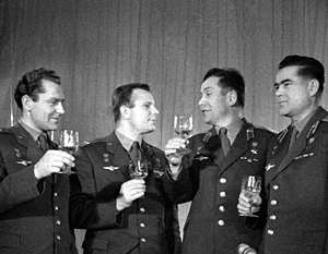 Герман Титов, Юрий Гагарин, Павел Попович и Андриян Николаев поднимают бокалы в честь наступления 1963 года