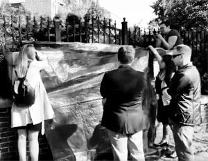 Вскрывая замок калитки на территорию консульства России, американцы стыдливо прикрывали свое черное дело покрывалом