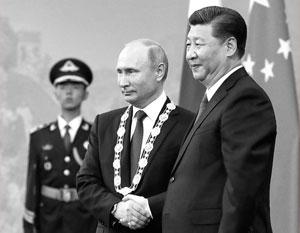 Путин и Си Цзиньпин на церемонии награждения в Пекине