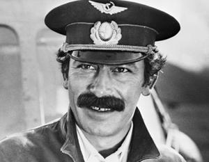 Вахтанга Кикабидзе, оказывается, раздражают серп и молот на гербе СССР