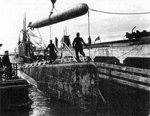 «Из кормовых аппаратов лежащей на грунте Щ-320 выдвинуты торпеды на две трети длины»