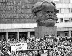 Возле гигантской головы Маркса вот уже второй день проходят массовые митинги и столкновения, вызванные убийством плотника