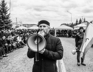 Митинги на площади перед парламентом Ингушетии пока продолжаются, но число их участников все меньше