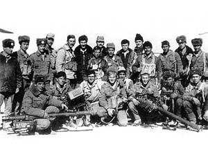 На фото - бойцы советского спецназа в Афганистане. В их руках - впервые захваченные американские ПЗРК «Стингер»