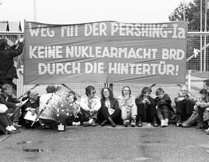 Начало 1980-х годов, Западная Германия. Так проходили массовые акции протеста против размещения на территории ФРГ американских ракет «Першинг-2»