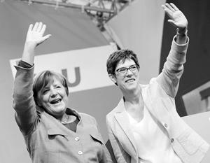 Аннегрет Крамп-Карренбауэр (справа) называют политической копией Ангелы Меркель