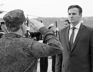 Кадр из фильма: министр обороны РФ приветствует президента РФ перед тем, как подло его предать