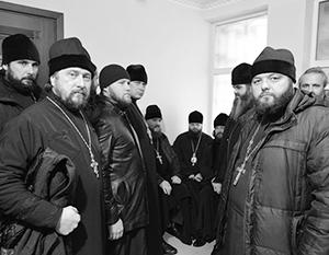 На фото – священники Украинской православной церкви, вызванные на допрос в СБУ