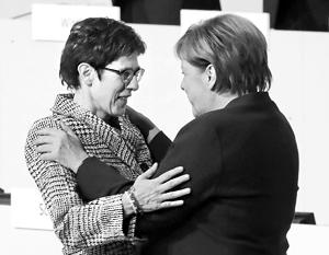Аннегрет Крамп-Карренбауэр и Ангела Меркель после победы на съезде
