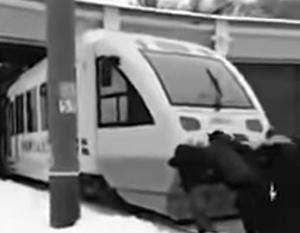 Новый поезд до аэропорта Борисполь столь часто ломается, что пассажиры вынуждены толкать его сами