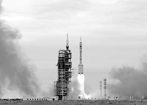 Состоялся старт китайского пилотируемого космического корабля «Шэньчжоу-VI» с двумя космонавтами на борту