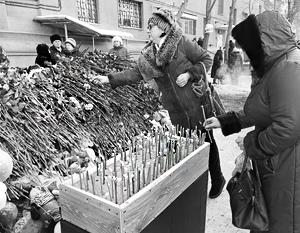 Во дворе – четыре стихийных мемориала: цветы, детские игрушки, свечи...