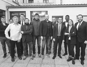 Итальянский вице-премьер Луиджи Ди Майо (четвертый справа) встретился в Париже с лидерами «желтых жилетов»