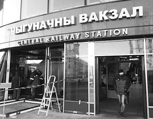 Теперь на фасаде минского вокзала остались лишь английские и белорусские надписи