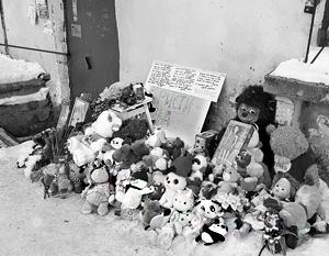 У дверей подъезда, где погибла девочка, – стихийный мемориал