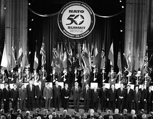 В апреле 1999-го Билл Клинтон принимал в Вашингтоне лидеров 18 стран НАТО на праздновании 50-летия альянса