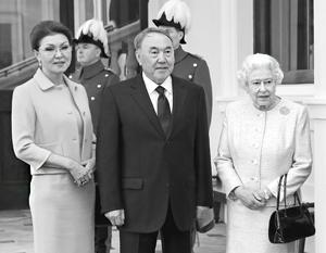 Дарига Назарбаева с отцом на встрече с королевой Елизаветой Второй