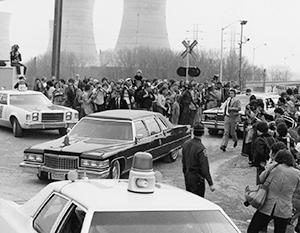 Кортеж президента Джимми Картера покидает территорию АЭС Три-Майл-Айленд