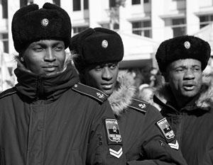 Сорок лет назад президент Анголы Жоау Лоуренсу получал военное образование в нашей стране - как и эти его соотечественники, сфотографированные в прошлом году в Крыму