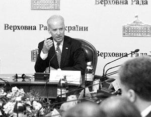 Когда Байден весной 2014 года прибыл в Киев, его сразу усадили в кресло президента Украины