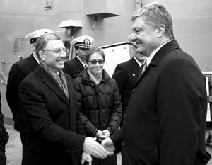 Волкер (слева) сбросил маску беспристрастности и открыто поддержал Порошенко на выборах
