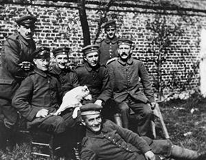 Гитлер (справа) с сослуживцами, снимок периода Первой мировой войны