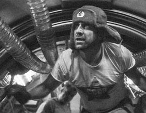 Космонавт Андропов в фильме «Армагеддон» приносит явную пользу – он кувалдой чинит звездолет