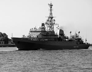 Корабль-разведчик «Иван Хурс» стал соглядатаем эсминца «Росс» на ближайшие три недели