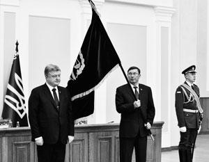 Знаменосцем бегущих называют генпрокурора Юрия Луценко